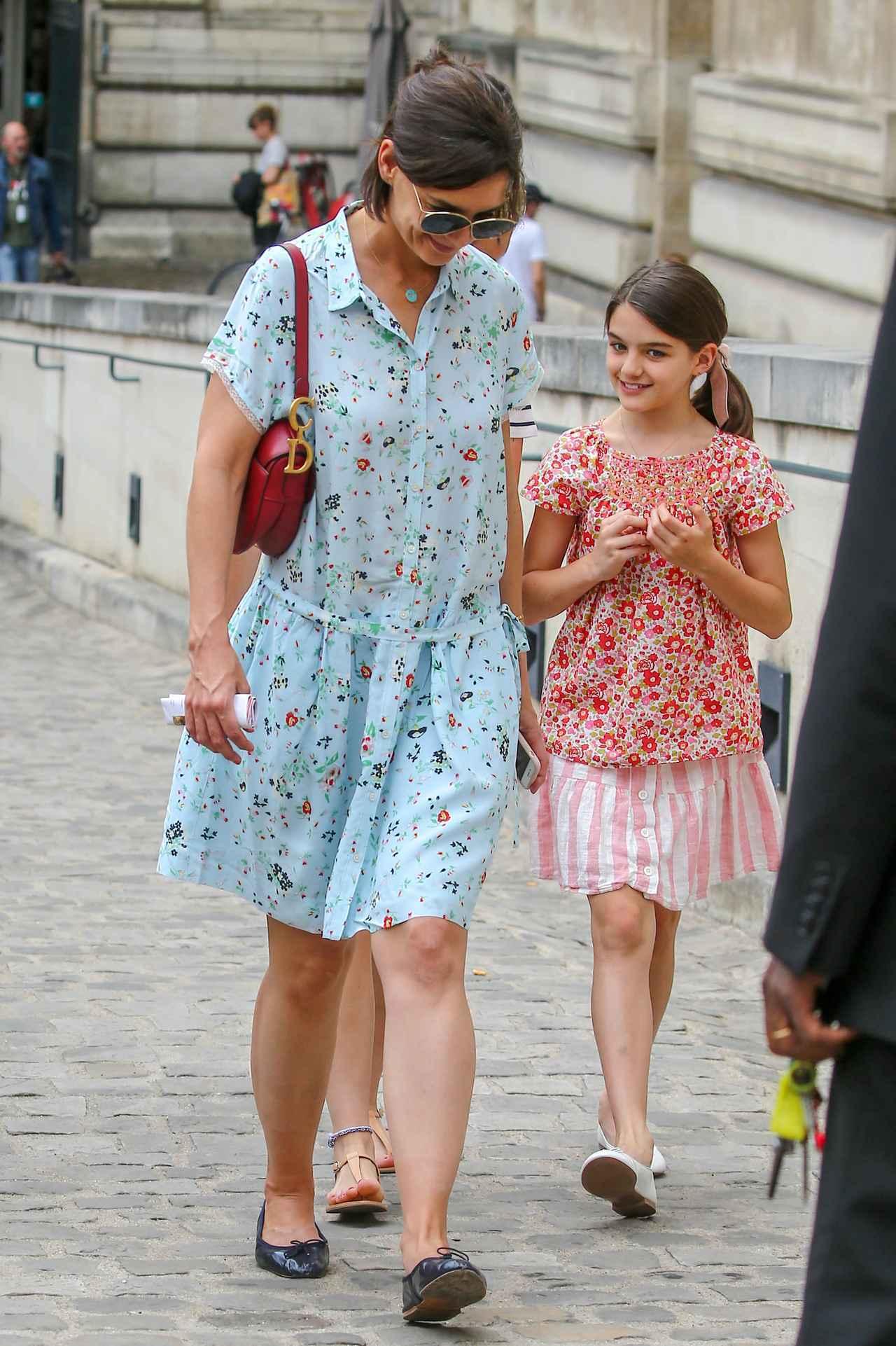 画像2: 来日中のトム・クルーズ、娘のスリちゃんは母とおソロコーデで美術館デート