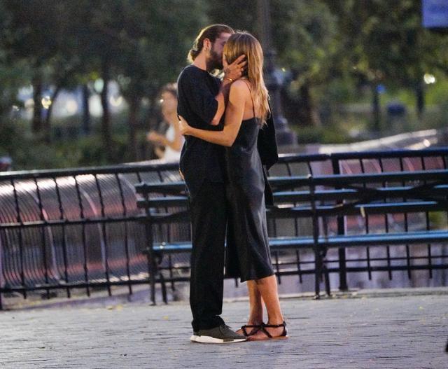 画像4: ハイディ・クルムと16歳年下美男子の「路上キス」が映画級にステキ