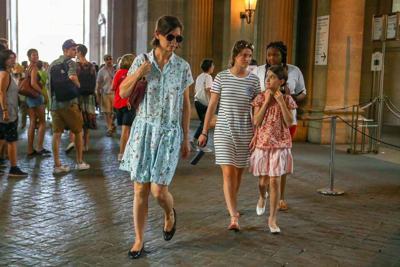 画像3: 来日中のトム・クルーズ、娘のスリちゃんは母とおソロコーデで美術館デート