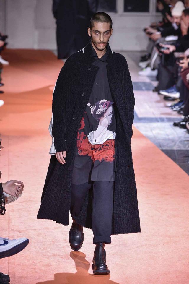 画像2: 『マンマ・ミーア』プレミアに「奇妙な日本語」のシャツを着た男性が登場
