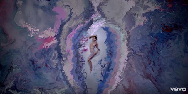 画像2: LUSHがアリアナ・グランデMVの「魅惑のシーン」を再現したバスボムを開発中