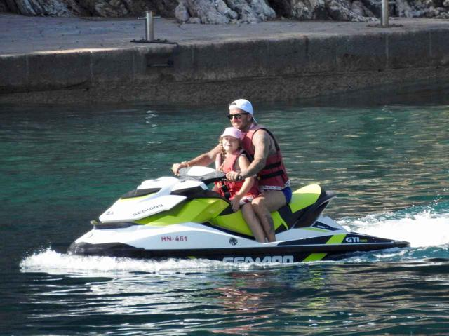 画像1: ベッカムファミリーの夏休み、父親デビッドは水上スキーで大はしゃぎ