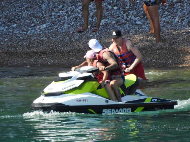 画像3: ベッカムファミリーの夏休み、父親デビッドは水上スキーで大はしゃぎ