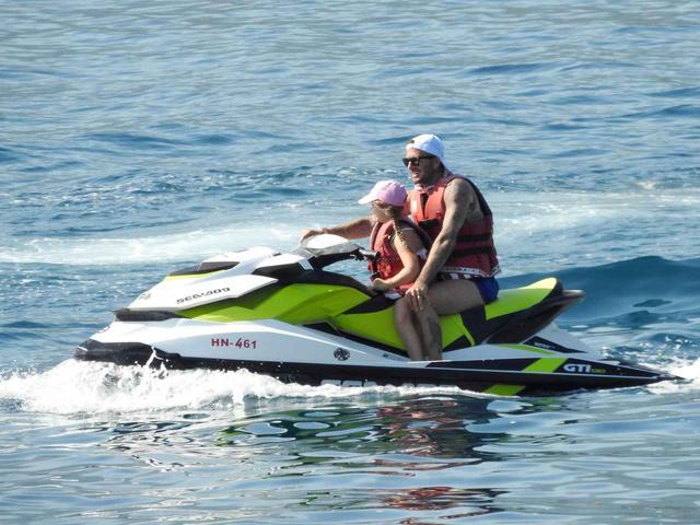 画像2: ベッカムファミリーの夏休み、父親デビッドは水上スキーで大はしゃぎ