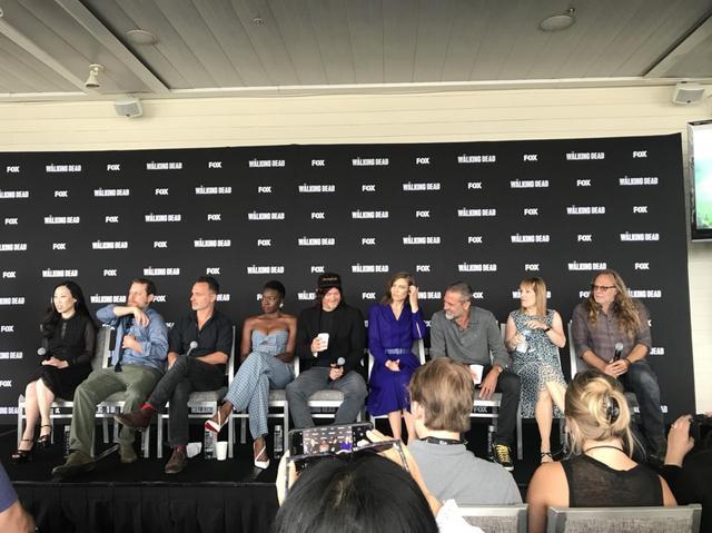 画像: (左から)エグゼクティブ・プロデューサーのアンジェラ・カン、スコット・M・ギンプル、リック役アンドリュー・リンカーン、ミショーン役ダナイ・グリラ、ダリル役ノーマン・リーダス、マギー役ローレン・コーハン、ニーガン役ジェフリー・ディーン・モーガン、プロデューサーのゲイル・アン・ハード、プロデューサーのグレッグ・ニコテロ。