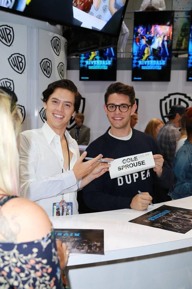 画像: 『リバーデイル』で共演する俳優のケイシー・コットと「ディラン・スプラウス(Dylan Sprouse)」と書き換えたネームプレートを持って、写真撮影に応じるコール。
