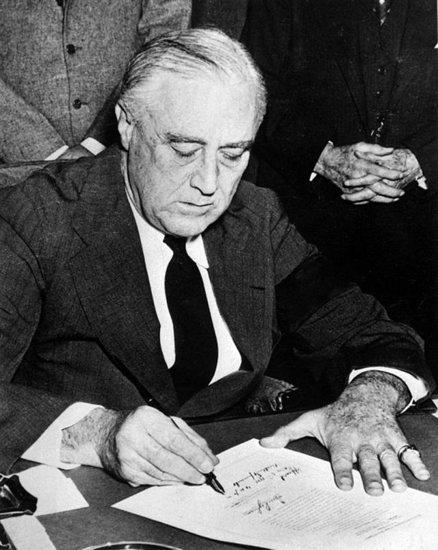 画像: 左手小指に印章付きの指輪と結婚指輪を着用していたルーズベルト元米大統領。