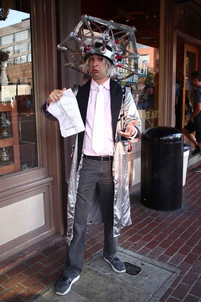 画像: 街中で目立っていた男性は、映画『バック・トゥ・ザ・フューチャー』のドクに変身。