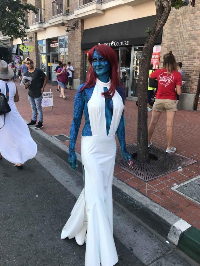 画像: 『X-MEN』シリーズに出てくるミスティークに変身した女性。このブルーの姿はスーツではなく、早朝から自分で特殊メイクをほどこしたというから驚き。