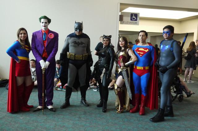 画像: DCコミックスの人気キャラクターに変身した彼らは、会場で大人気だった。