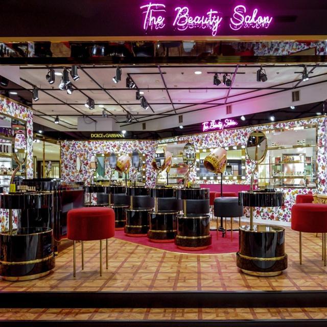 画像: ブランドを象徴するアイコニックな花柄と取り入れた店内