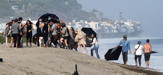 画像4: レディー・ガガが外で撮影する時、何人のスタッフが現場に行くでしょう?