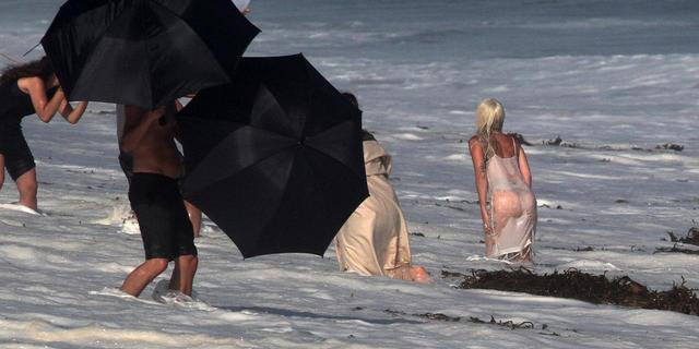 画像3: レディー・ガガが外で撮影する時、何人のスタッフが現場に行くでしょう?