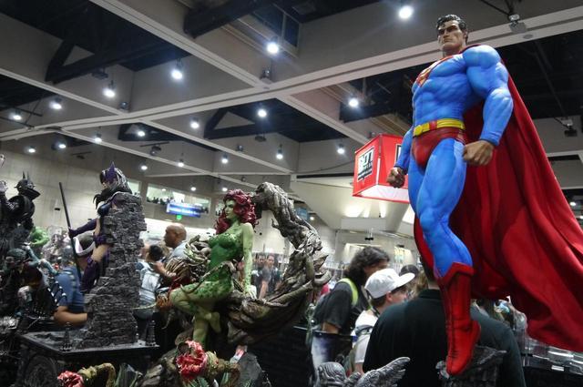 画像: スーパーマンなどの人気キャラクターのフィギュア。細部まで細かく作られているので、じーっと長い間立ち止まって見つめるファンも。