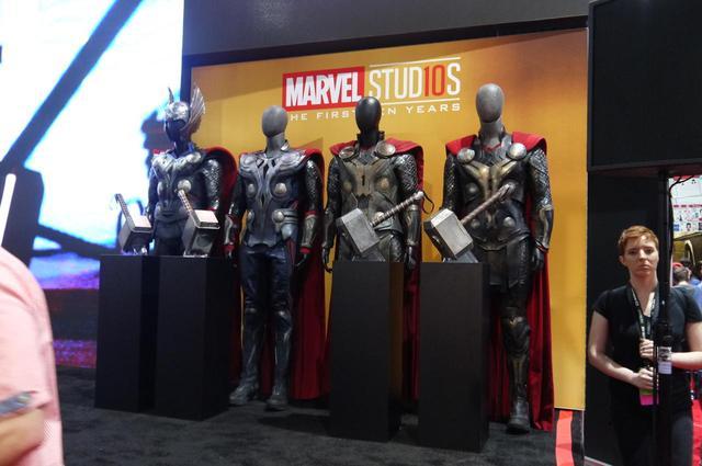 画像: つねに混雑していたマーベルのブースでは、映画『マイティ・ソー』シリーズで使われた衣装が展示されていた。