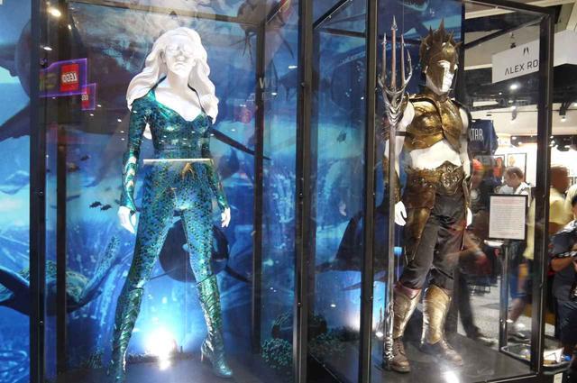 画像: DCコミックスのブースには、映画『アクアマン』の衣装が。