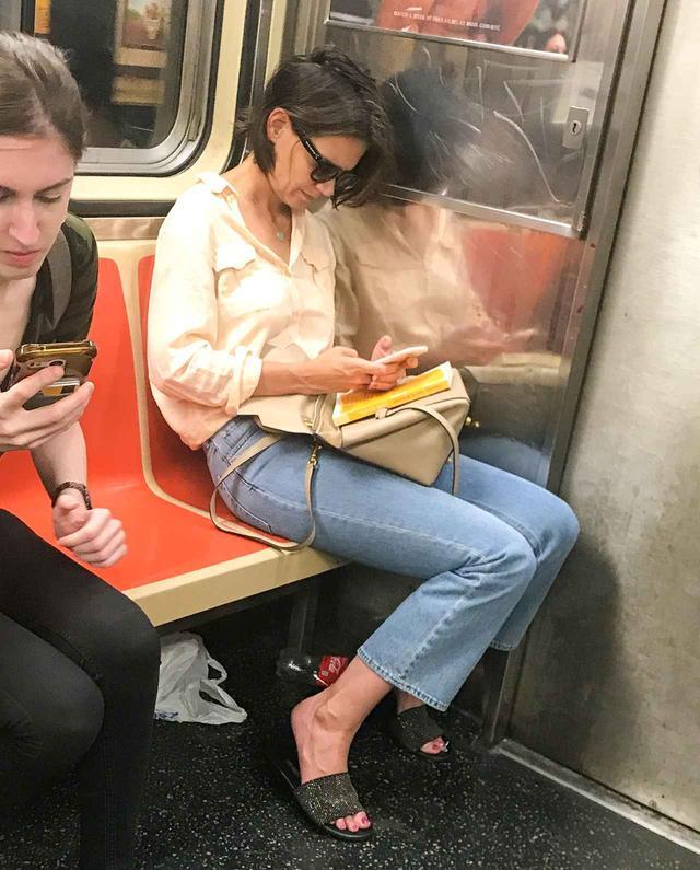画像2: 電車にケイティ・ホームズ?電車に乗っている姿が新鮮すぎて二度見