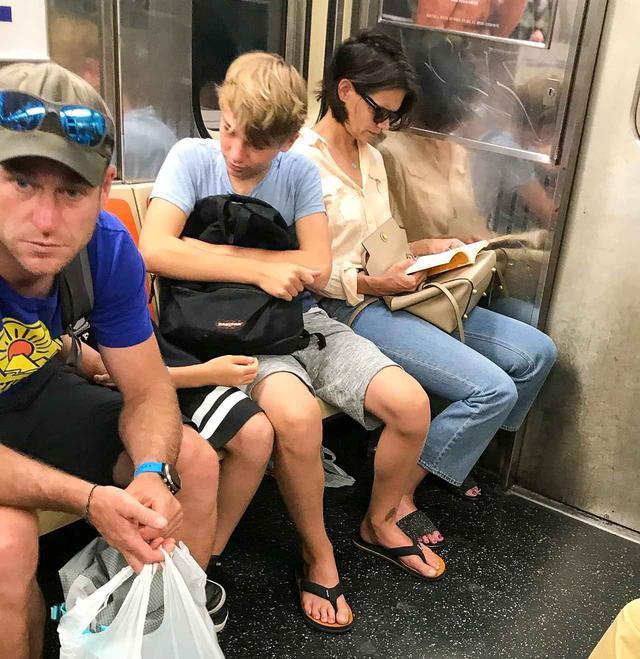 画像1: 電車にケイティ・ホームズ?電車に乗っている姿が新鮮すぎて二度見