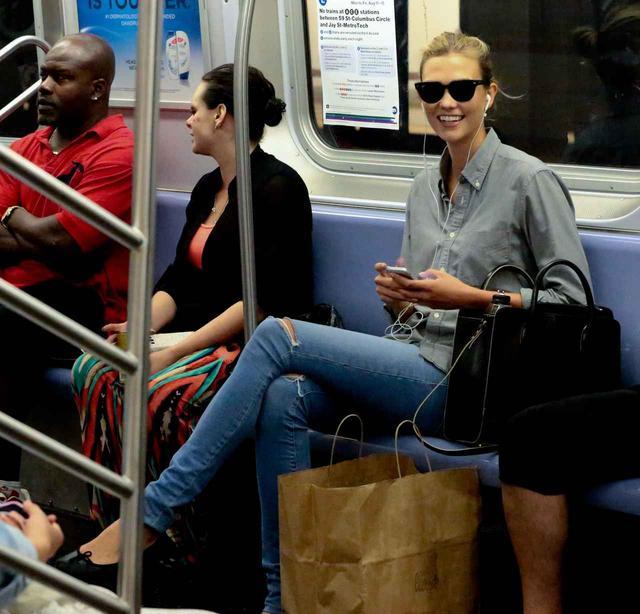 画像: モデルのカーリー・クロスも乗車。