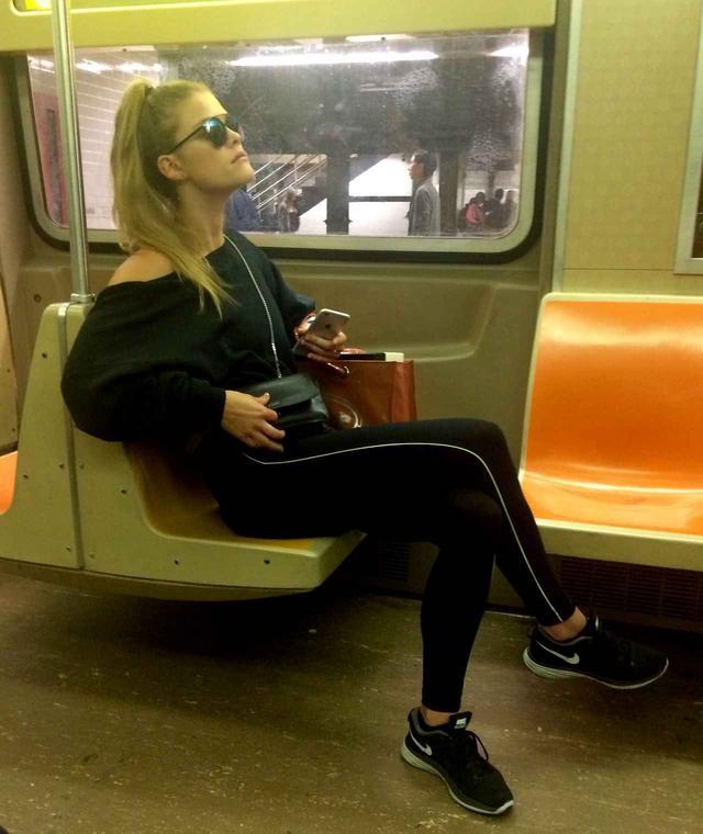 画像: モデルのニーナ・アグダルもタクシーより地下鉄を選択。