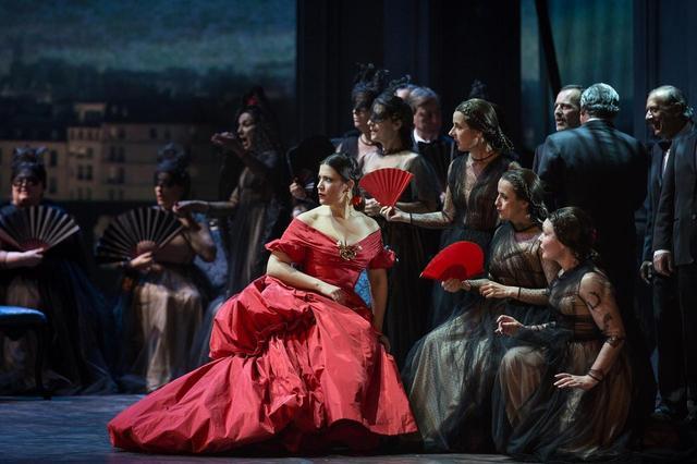 画像: 舞台『椿姫』より。主人公の衣装デザインは有名ブランド、ヴァレンティノ(Valentino)のヴァレンティノ・ガラヴァーニ。© Yasuko Kageyama