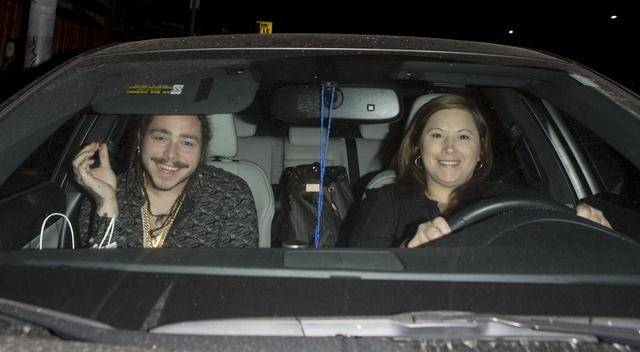 画像: 運転席に座るのがウワサのポストの母。この写真が撮られたのは今から約2年前のこと。
