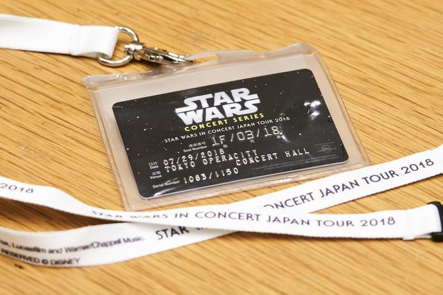 画像: 会場で渡されるストラップ付きカード型チケット。Photo by 星野麻美、Presentation licensed by DISNEY CONCERTS in association with 20th Century Fox, Lucasfilm and Warner/Chappell Music.  © 2018 & TM LUCASFILM LTD. ALL RIGHTS RESERVED © DISNEY
