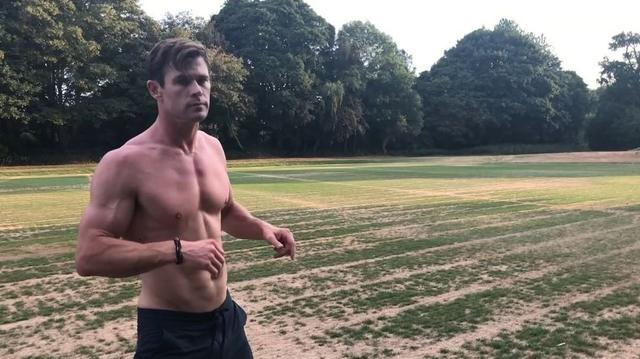 画像1: Chris HemsworthさんはInstagramを利用しています:「Outdoor session in London for MIB!! Cheers to @zocobodypro for posing as an alien and letting me beat up on him. Sorry for the boot in the…」 www.instagram.com