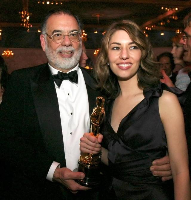 画像: 2004年のアカデミー賞授賞式で父フランシス・フォード・コッポラ監督と。