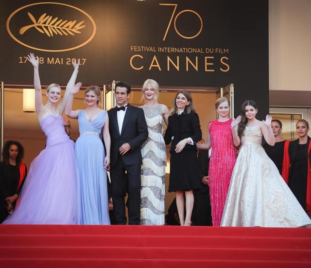 画像: カンヌ映画祭での特別上映会のレッドカーペットにて。左からエル・ファニング、キルステン・ダンスト、コリン・ファレル、ニコール・キッドマン、ソフィア・コッポラ監督、アンガーリー・ライス、アディソン・リーケ。