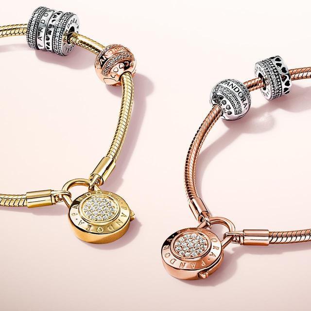 画像: 写真左から:ブレスレット&チャーム(PANDORA Shine×PANDORA Rose ×SV×CZ) 合計¥50,000 / ブレスレット&チャーム(PANDORA Rose×SV×CZ) 合計¥ 41,500