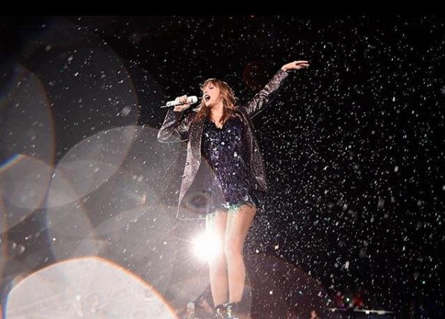 画像: シカゴ公演はあいにくの雨模様だったが、テイラーは「本格的な雨の中のショーは数年ぶり。魔法のようで、忘れられない夜になった」と喜んだ。©Taylor Swift/Instagram
