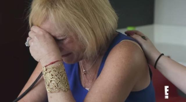 画像: 別室では、メリッサの母が泣きながらやり取りを聞いていた。©2018 E! Entertainment TV LLC. All right reserved.