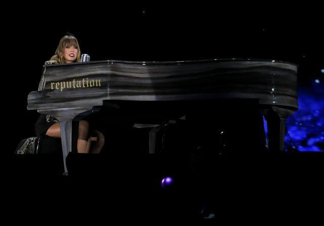 画像1: 10. ピアノでの弾き語りもある