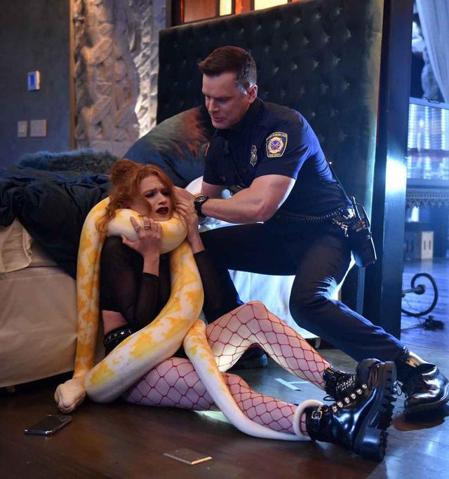 画像: エピソードごとに起こる奇怪なストーリーも『9-1-1:LA救命最前線』の見どころ。こちらは、ペットのヘビに窒息させられそうになった女性。人間が及ばないパワーを持つヘビ相手に、隊員たちの判断は? ©2018 Twentieth Century Fox Film Corporation. All rights reserved.
