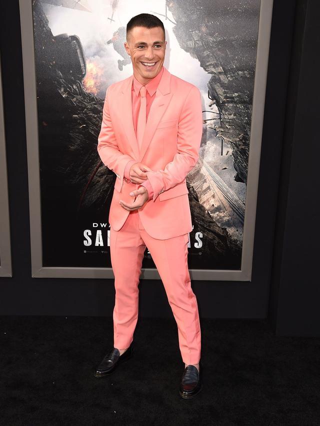 画像: ちなみに普段のコルトンは、クセの強いサーモンピンクのスーツもバッチリ着こなすほんのり日焼けイケメンです。