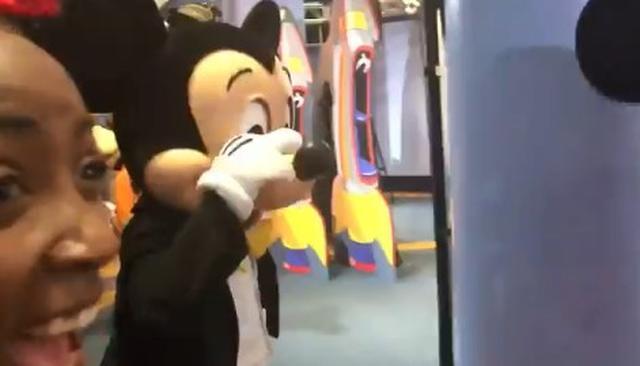画像3: ディズニーランドで男性がミニーにプロポーズ!それを見たミッキーが取った行動とは?