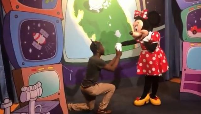 画像1: ディズニーランドで男性がミニーにプロポーズ!それを見たミッキーが取った行動とは?