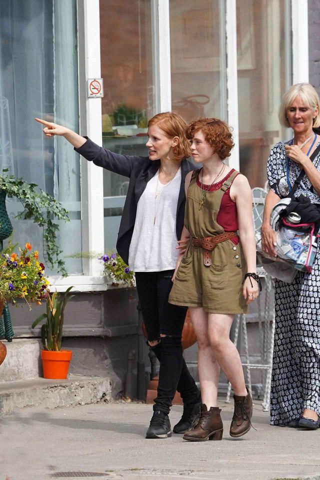 画像: ベテランの大先輩女優を前に、どこか緊張気味の表情を見せているソフィア。