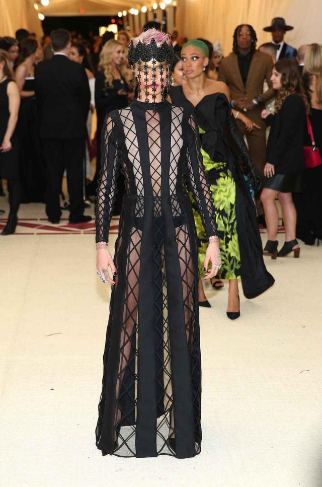 画像: 今年のテーマは「ヘブンリーボディ:ファッションとカトリックのイマジネーション」。カーラはディオール(Dior)のドレスを纏って出席。