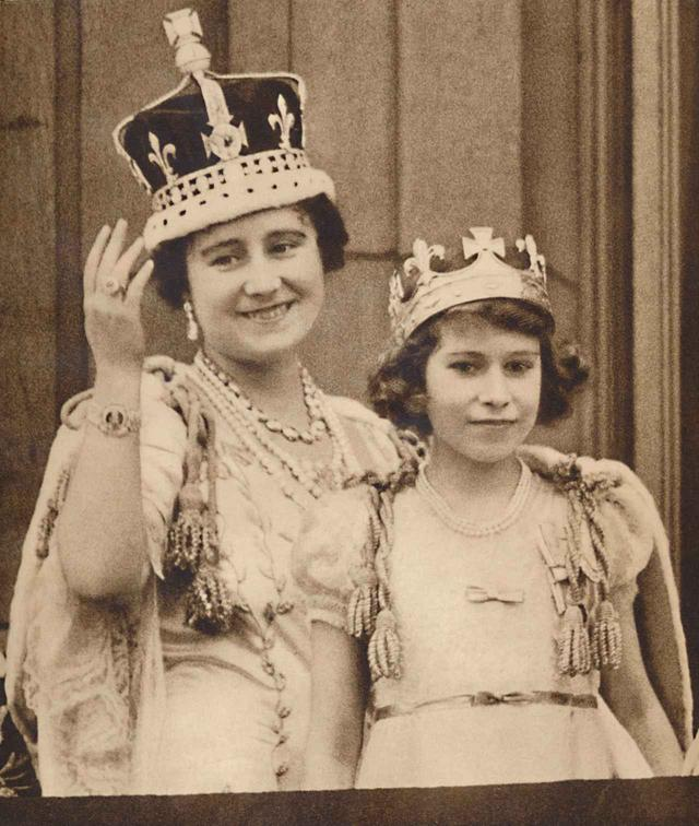 画像: 1937年5月12日に行われたエリザベス王太后の戴冠式にて。母エリザベス皇太后の隣にいるのがエリザベス女王。