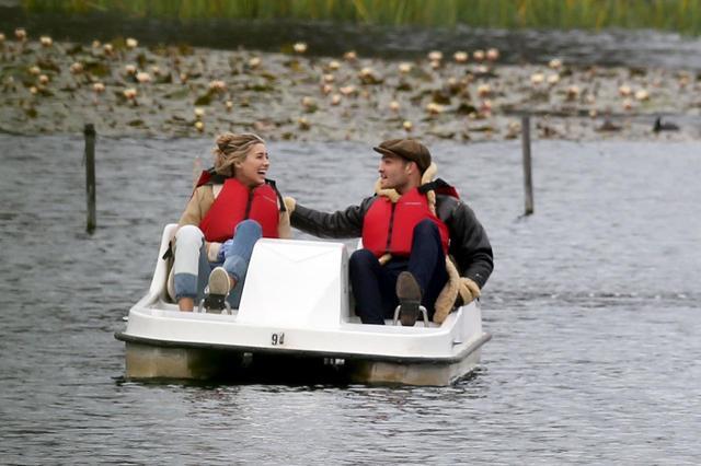 画像: 2018年1月に公園デートをした際には、幸せいっぱいだったエド・ウェストウィックとジェシカ・サーファティ。