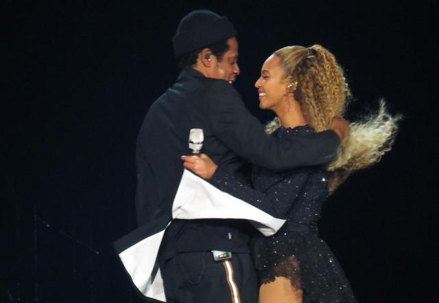 画像: ビヨンセ&ジェイ・Zの公演で、オバマ元大統領&夫人がノリノリで踊りまくる