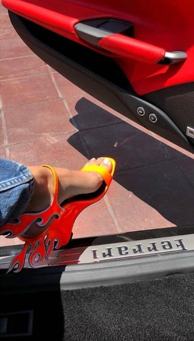 画像1: ケンダル・ジェンナーが履く「炎」のヒールがなかなか強め
