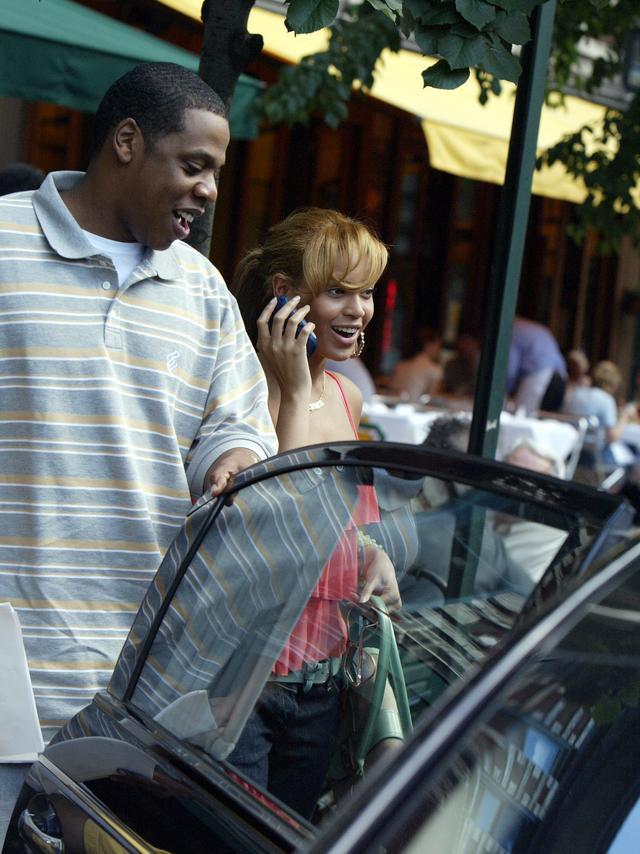 画像: 2004年、ランチデートに出かけた後にジェイが車のドアを開けてビヨンセをエスコート。