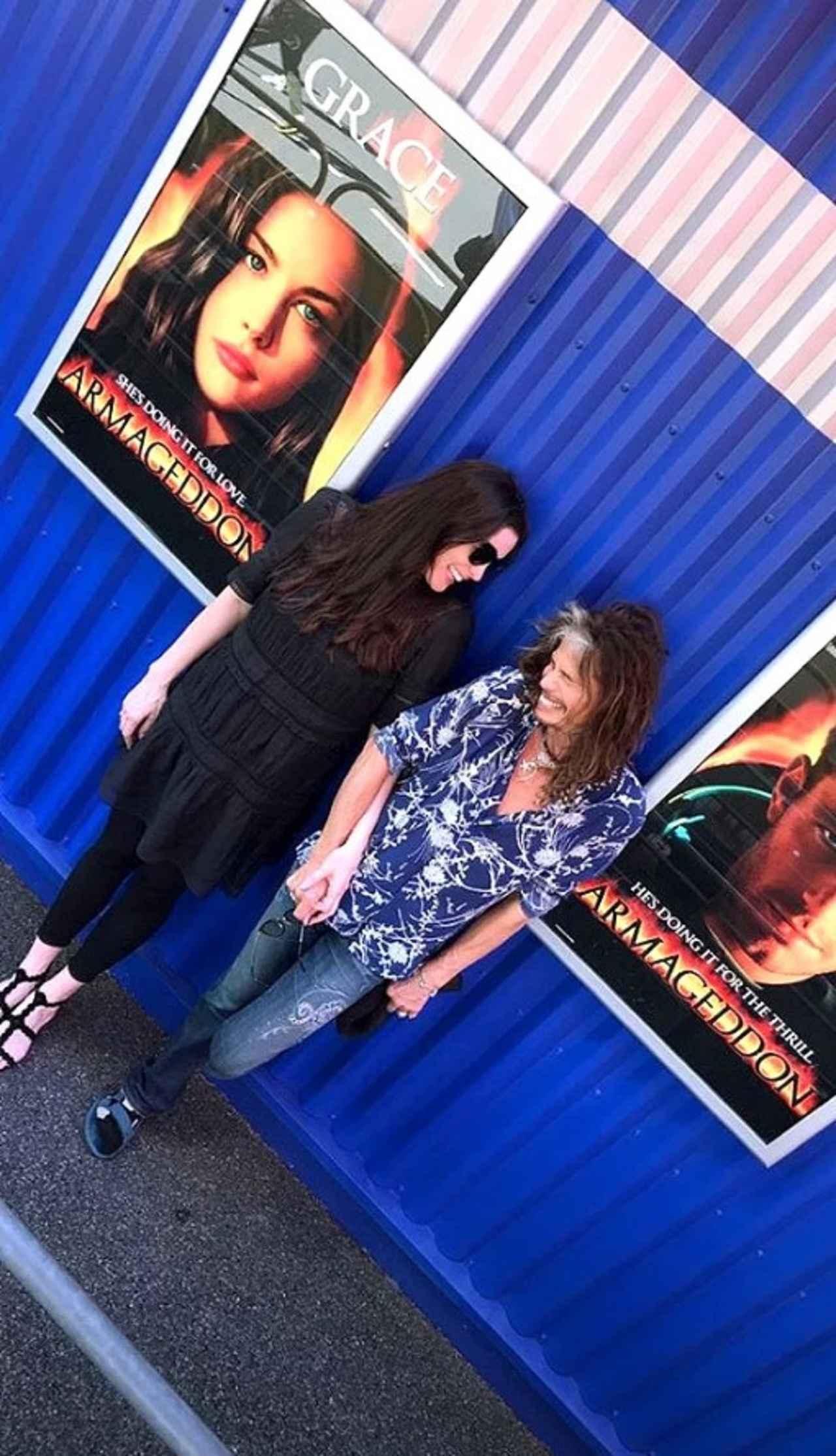 画像: ポスターの前でリヴと記念撮影。©Liv Tyler/ Instagram