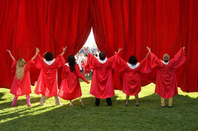 画像: クライマックスで歌う「ハイスクール・ミュージカル」という曲の最後に、メイン6人の目の前に真っ赤なカーテンが落ちるシーン。