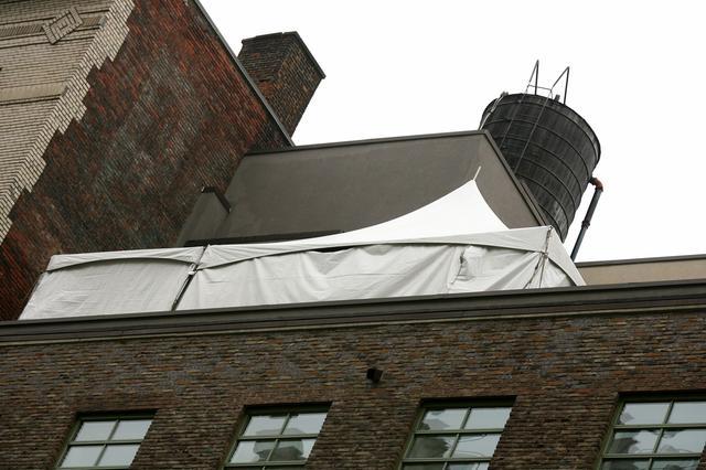 画像: 結婚式当日、自宅マンションのテラスには大きなテントが張られた。