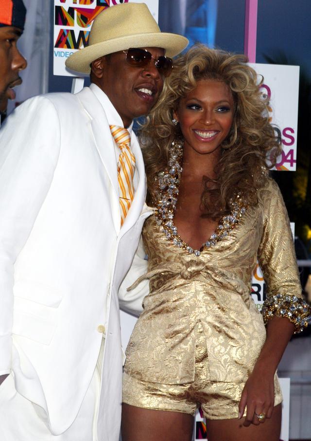 画像: ゴールドを基調としたカップルファッションが当時話題をさらった。
