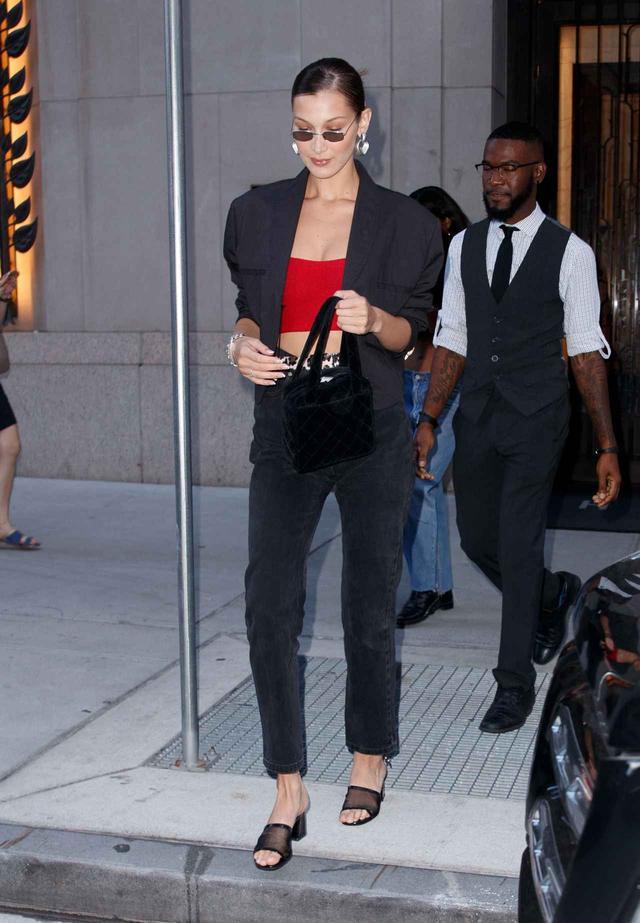 画像1: ベラ・ハディッド流、「赤」を差し色に使ったデニムスタイル